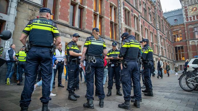 Agenten voeren actie bij het Centraal Station voor een betere cao en een verlaging van de werkdruk.