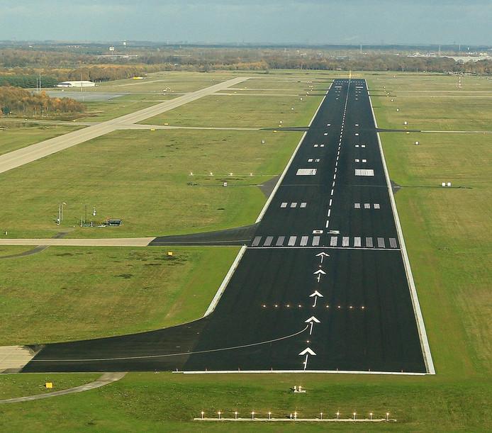 Zicht op de landingsbaan van Eindhoven Airport vanuit de cockpit.