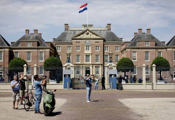 Honderdvijftig belangstellenden hadden de moeite genomen om naar het voorplein van Paleis Het Loo te komen.