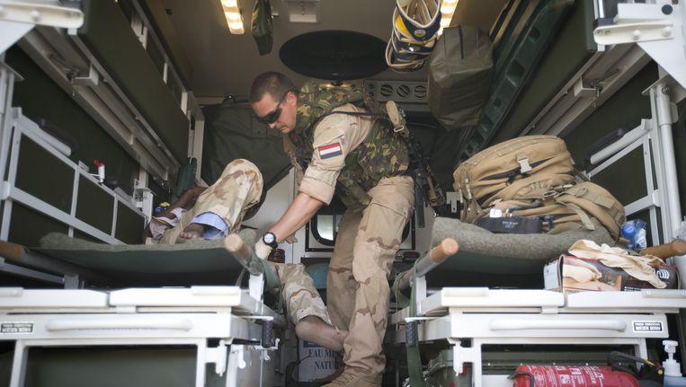 Nederlandse MINUSMA militairen helpen bij het evacueren van gewonden uit Kidal. Beeld anp