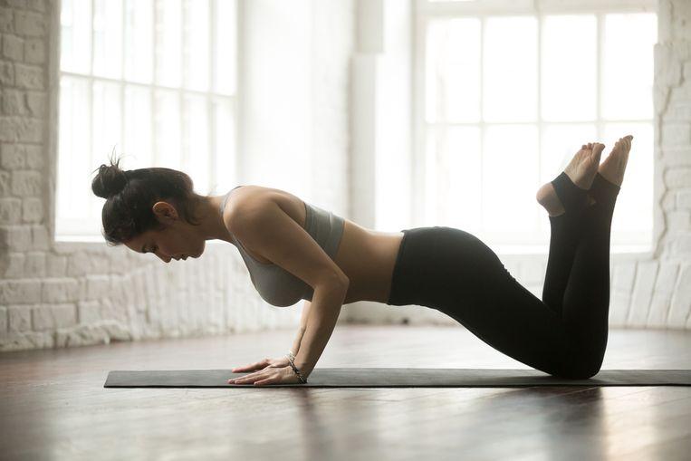 Personal trainer Laura Van den Broeck toont in deze workout van slechts 7 minuten effectieve oefeningen voor je borstspieren. Je kan de oefeningen overal en altijd doen.