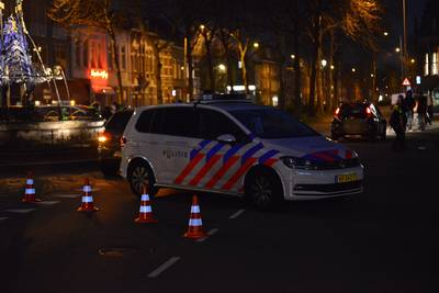 Auto op z'n kant door botsing in Sophiastraat in Breda