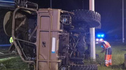 Duitse toeristen zwaargewond nadat hun omgebouwde truck in middenberm E314 crasht