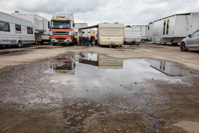 Vijf jaar lang moesten kermisexploitanten van Park Hilaria met hun caravans en woontrailers op het voormalige Ehad-terrein in Helmond bivakkeren.