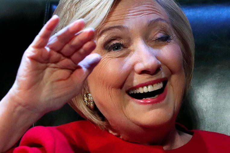 Hillary Clinton knipoogt tijdens de presentatie van haar boek What happenend. Beeld null