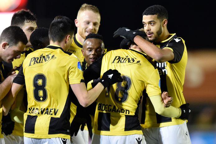 Vitesse viert de winnende goal in Werkendam. Martin Ødegaard (nummer 18) is de held voor zijn medespelers.