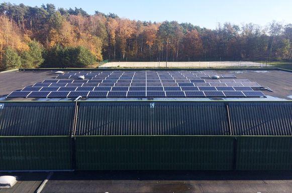 Zonnepanelen op het dak van de sporthal.