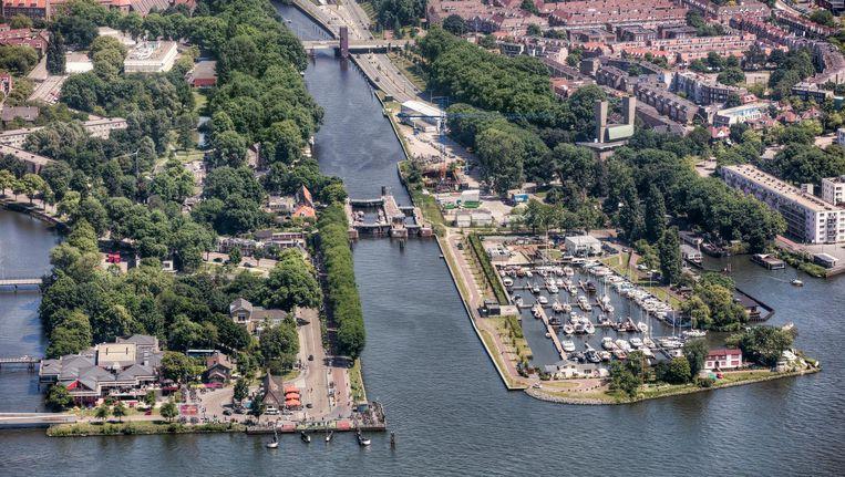 De Willem I-sluis in de monding van het Noordhollandsch Kanaal. Rechts daarvan de Sixhaven met op de achtergrond het noordelijke ventilatiegebouw van de IJtunnel. Beeld Peter Elenbaas