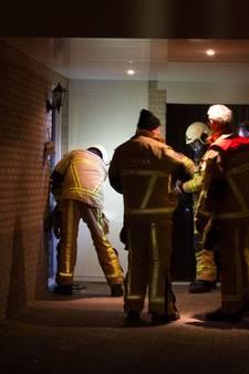 Rookmelder houdt buurt in Wierden wakker, brandweer slaat raam in