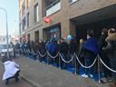 Een lange rij voor de nieuwe Coolblue in Tilburg.