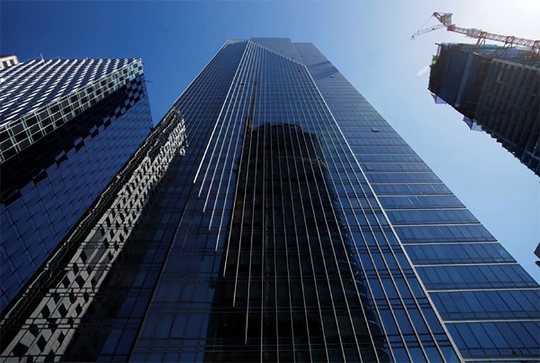 De Millennium Tower met in de spiegeling van het glas de Salesforce Tower