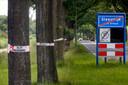 De Rijksstraatweg in Sleeuwijk in 2019, de bomen met rupsen kregen een waarschuwingslint.