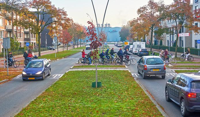 De gevaarlijke fietsersoversteekplaats op de kruising Wethouder van Eschstraat in Oss.