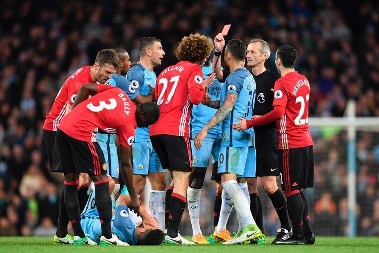 Atkinson duwde Fellaini nog een rood karton onder de neus in de Manchester-derby