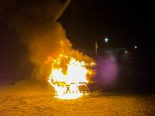 Bestelbus gaat in vlammen op in Ermelo: de politie vermoedt brandstichting