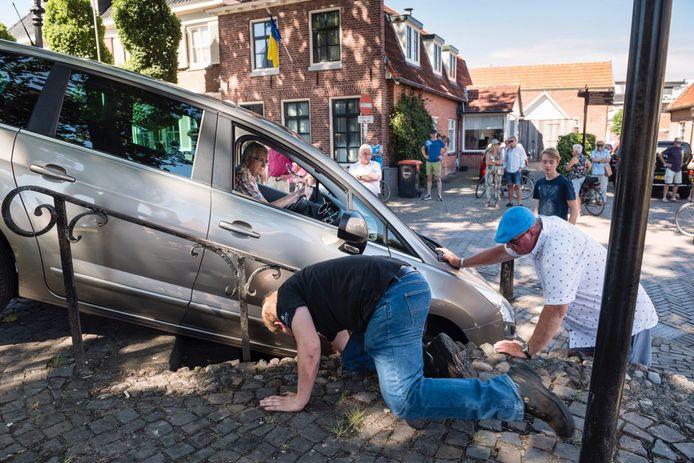 Een ouder echtpaar dacht via een uitgang de tijdelijke parkeerplaats op het Kerkplein te kunnen verlaten.