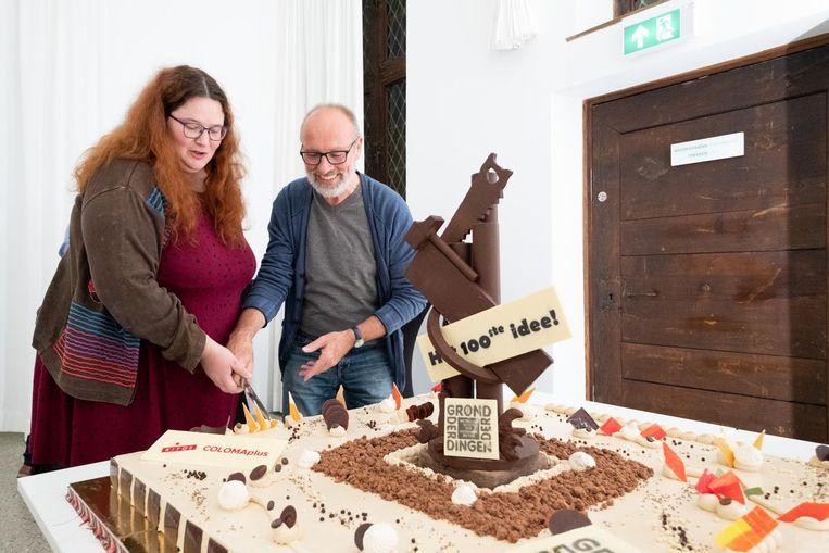 Els Lambrecht en Willy Thomas snijden de taart aan.