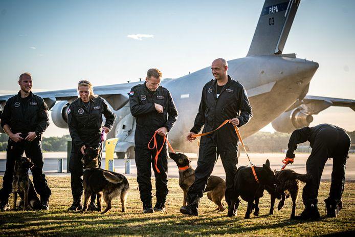 Leden van de reddingsploeg Urban Search and Rescue (USAR) voor hun vertrek naar Libanon op vliegbasis Eindhoven.