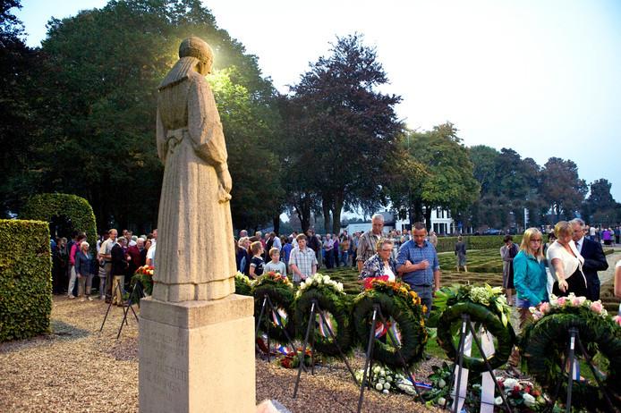 Inwoners van Putten wonen een herdenking bij. Nog altijd trekt de herdenking op 2 oktober in Putten meer publiek dan de Nationale Dodenherdenking op 4 mei. Bram van de Biezen/archief