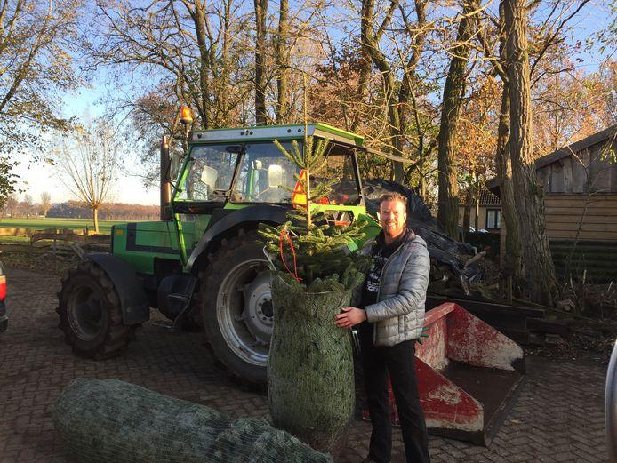 Marc Philips koopt zijn kerstboom bij kweker Paul Cremers in Sint Anthonis