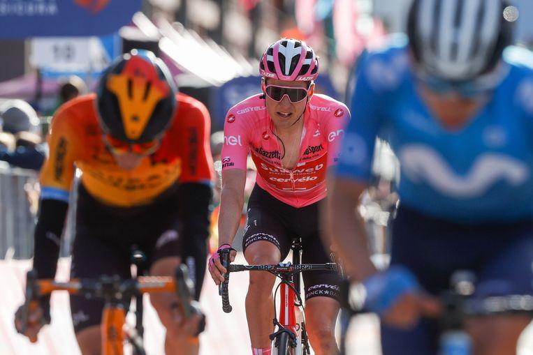 Wilco Kelderman komt in de roze trui over de finish. Beeld AFP