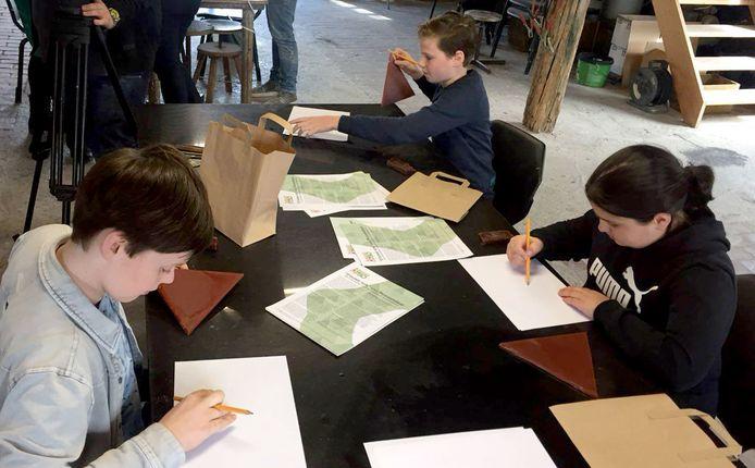 Kinderen maken een schets voor hun tegel voor de Ouwe Sok, het kunstwerk voor Roosendaal 750 jaar