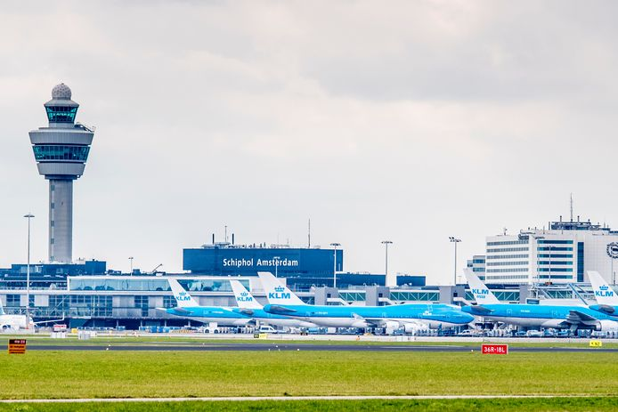 2018-04-03 13:22:20 SCHIPHOL - Een vliegtuig van KLM op het platform van Schiphol. ANP ROBIN UTRECHT