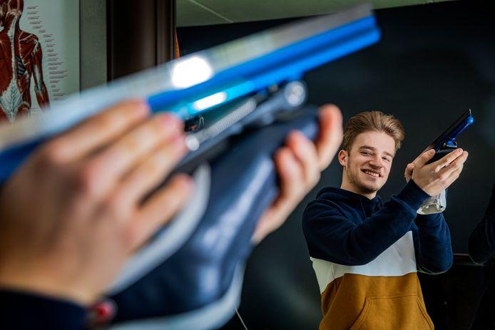 Mika van Essen mocht een jaar lang ruiken aan een professionele schaatsploeg bij Team Reggeborgh, maar zag zijn contract niet worden verlengd.
