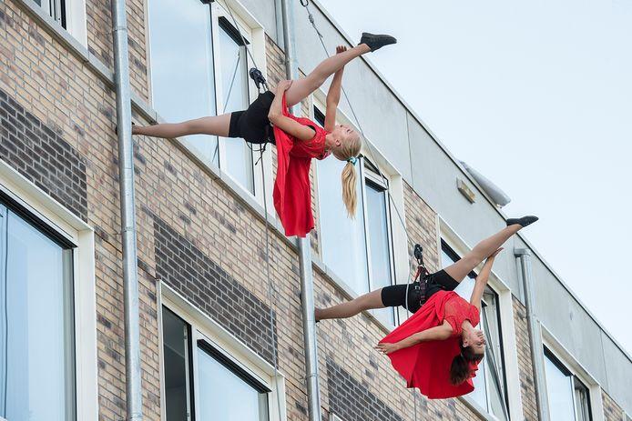Pix4Profs-Ron Magielse Het studentencomplex Campus 076 op de hoek Beverweg met de Teteringsedijk is donderdag officieel geopend met  een act van twee dansers tegen de gevel van het pand.