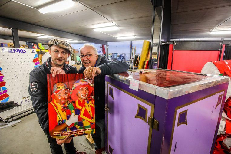 Jan en Pierre Hauters, alias Junior en Papa Chico, in de loods waar de uitverkoop plaatsvindt.