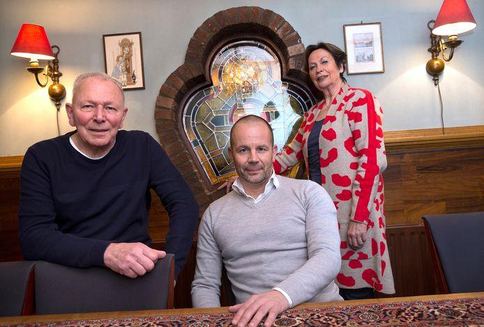 Terborg-voorzitter Marc Neijland (midden) en de voormalige bestuurders Els Bakker en Ap van Tent Beking.