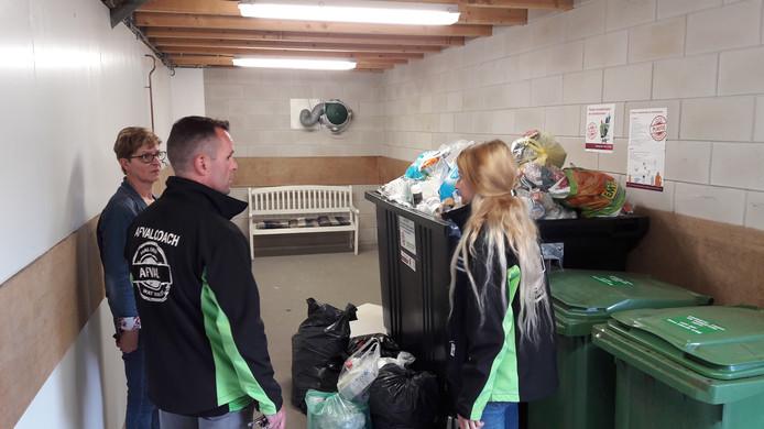 De Draaiboom, wijk Heusdenhout in Breda. Bewoonster Lia Ernst en de afvalcoaches Pieter  en Annabelle bij de plastic container, volgestort met restafval.