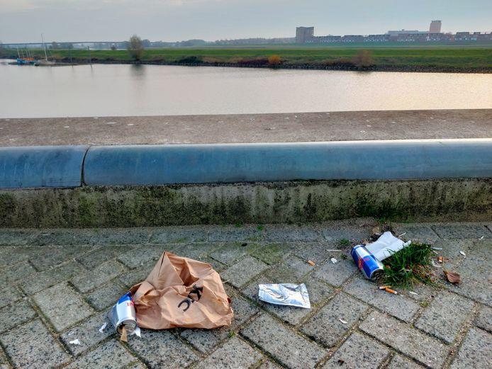 Afval bij de Nieuwe Haven in Arnhem.