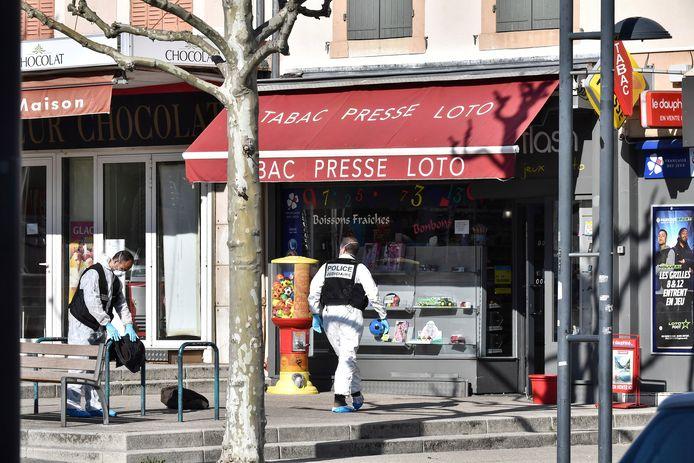De messentrekker maakte zijn eerste slachtoffer voor de deur van deze tabakszaak annex krantenwinkel, stak daarna in op klanten in de zaak en rende vervolgens naar een slagerij waar hij opnieuw mensen aanviel.