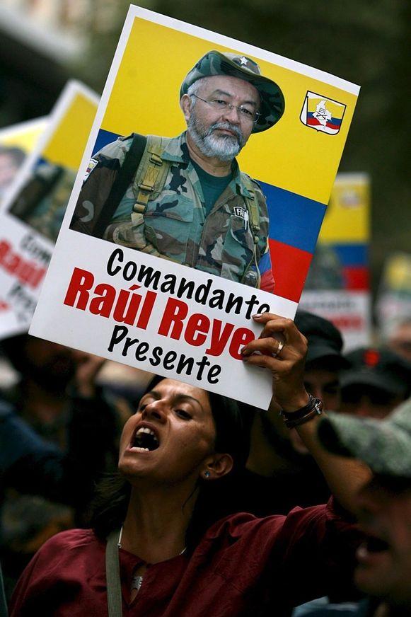 Een Colombiaanse vrouw toont bij een protest het portret van FARC-leider Raúl Reyes, maart 2008. Enkele dagen eerder was hij gedood..