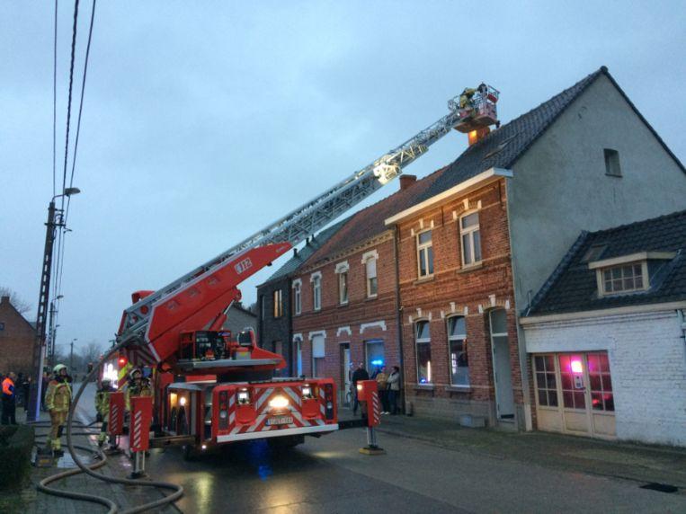 De brandweer had heel wat werk met het bedwingen van de schoorsteenbrand.