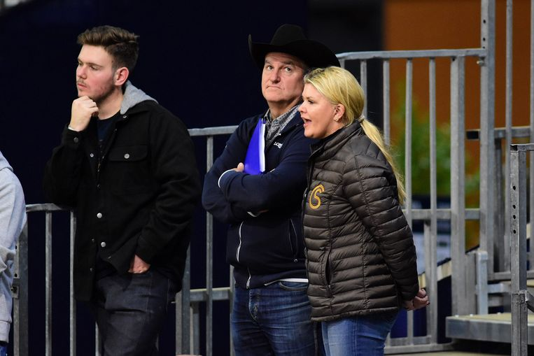 Corinna Schumacher moedigt dochter Gina aan tijdens een paardenwedstrijd.