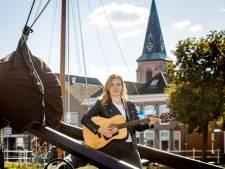 Stephanie (18) uit Genemuiden zingt Coldplay in Gaellemuniger dialect