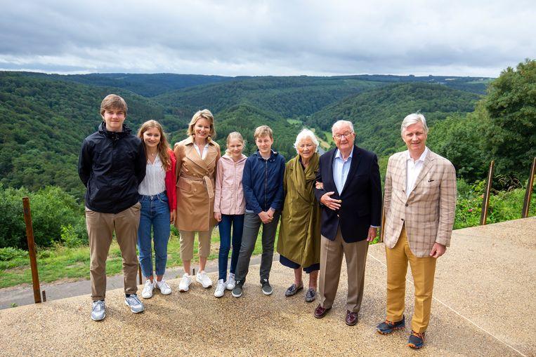 Prins Gabriel, kroonprinses Elisabeth, koningin Mathilde, prinses Eleonore, prins Emmanuel, koningin Paola, koning Albert II en koning Filip.