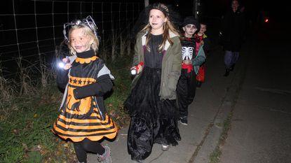 Massa volk op halloweentocht voor Lio