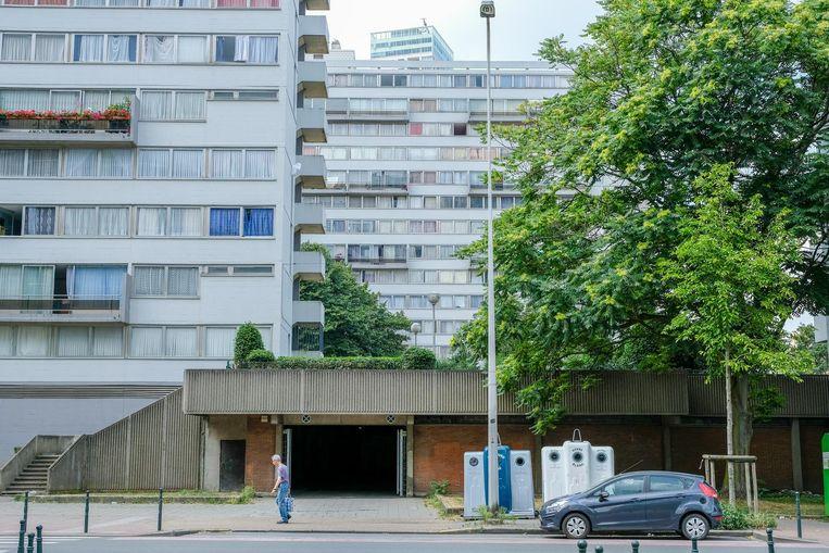 Agenten die de parking uitrijden, worden dikwijls bekogeld met stenen vanuit de woonblokken boven.