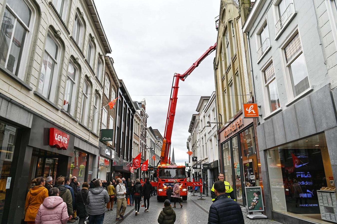 De brandweer zette een hoogwerker in, het publiek kon gewoon passeren in de Eindstraat in het centrum van Breda.