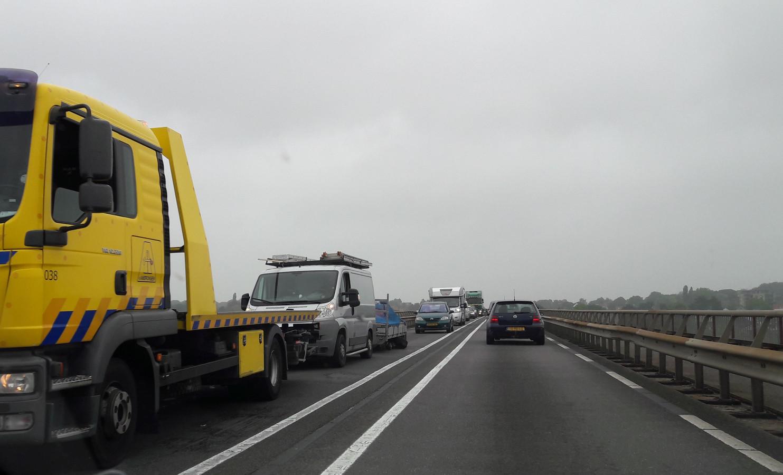 File op de Rijnbrug bij Rhenen.
