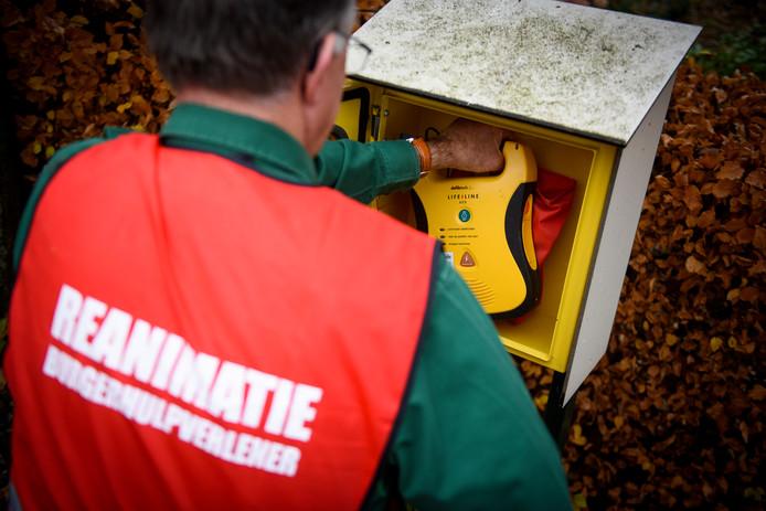 SINT-OEDENRODE - Toine Lathouwers bij de 65e AED voor burgerhulpverleners in Oedenrode stockadr reanimatie