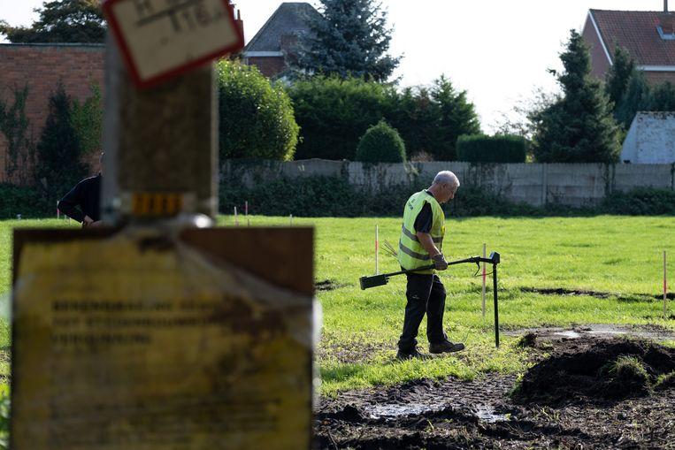 De springtuigen werden voorzichtig opgegraven.