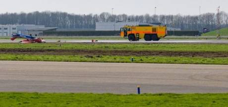 Vliegtuigje op de kop naast de baan op Lelystad Airport