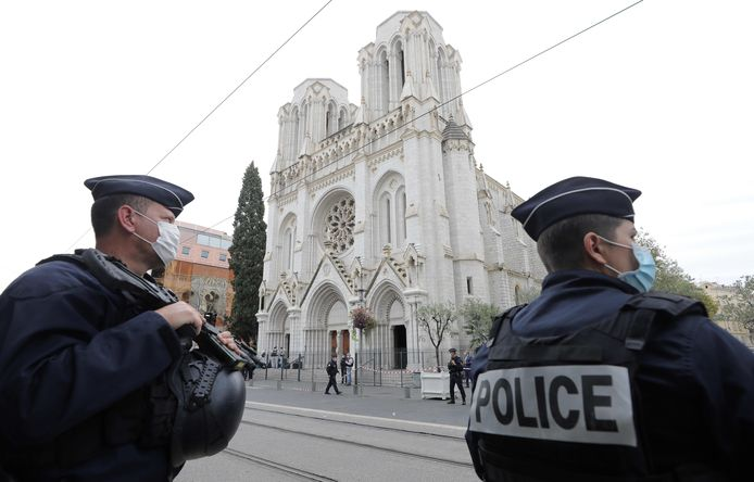 Franse agenten bewaken de kathedraal van Nice waar een geradicaliseerde moslim op 29 oktober drie mensen ombracht.
