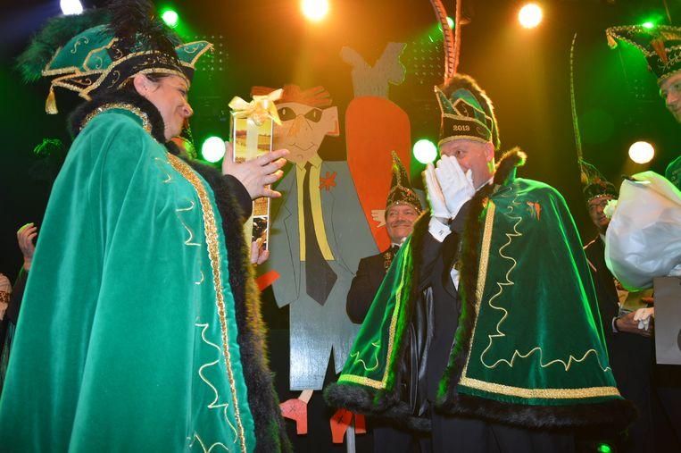 Dario, prins carnaval Ninove 2019, krijgt ook een geschenk van prins Chena, de vorige prins carnaval.