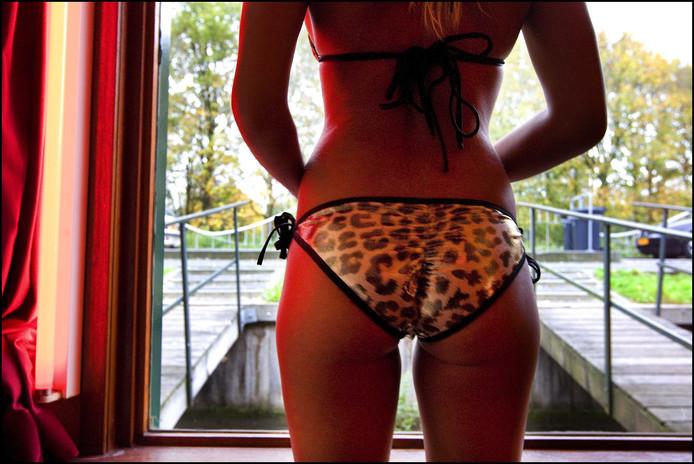 Sekswerker werven hun klanten steeds meer online en spreken af in hotels of thuis, inplaats van de ouderwetse raamprostitutie.  In Breda lokte de politie afgelopen weekend vijf vrouwen in de val. Een vrouw bleek haar kind bij zich te hebben in de auto.