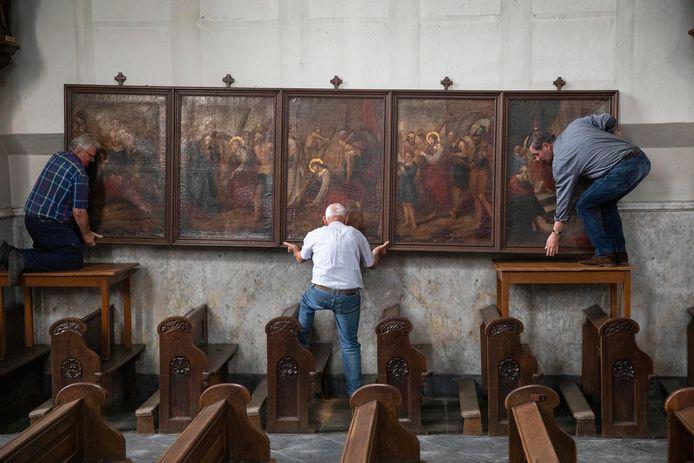 Schilderijen, beelden en kruiswegstaties worden van de muren gehaald in de Ravensteinse Luciakerk. Ze gaan als voorlopig in depot en blijven in ieder geval als collectie bijeen, aldus Harrie Boot van de parochie.